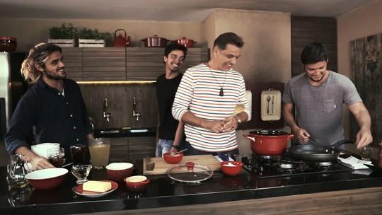 Bruno Gissoni, Rodrigo e Felipe Simas cozinham com o pai e relembram momentos em família