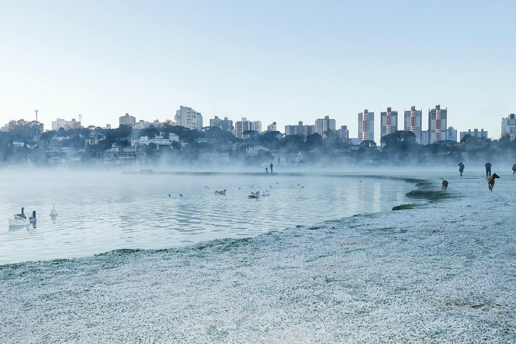 Parque Barigui ficou tomado pela geada e por névoa — Foto: Ricardo Marajó/FAS