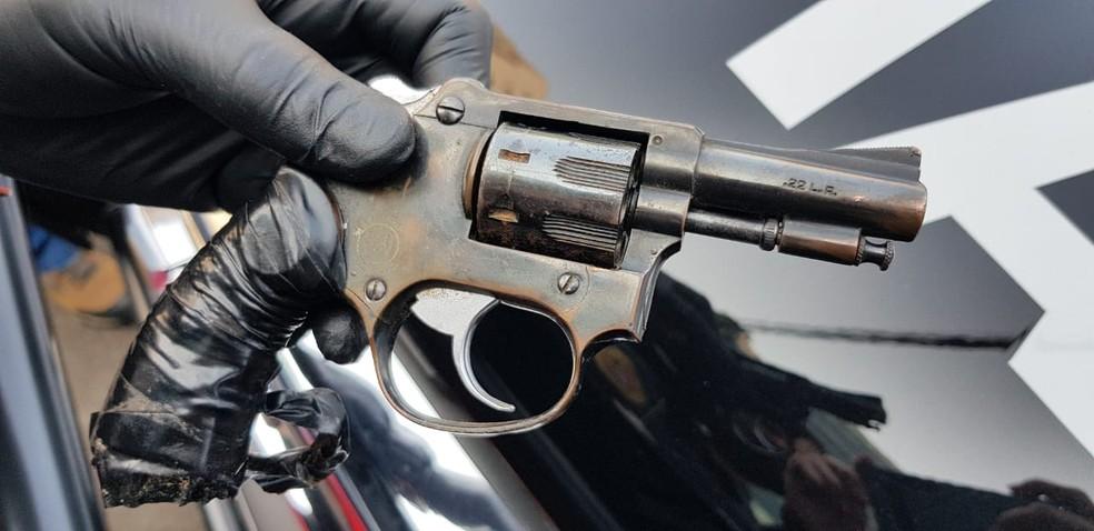 Advogado estava com um revólver na cintura no momento da sua prisão nesta terça-feira (15) em Bauru (SP) — Foto: Polícia Civil/ Divulgação