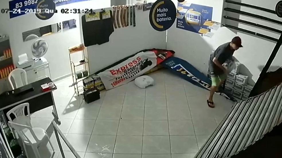 Primeiro roubo aconteceu na madrugada da quarta-feira e foi registrado por câmeras de segurança, em Santa Rita, na Paraíba — Foto: Reprodução/TV Cabo Branco
