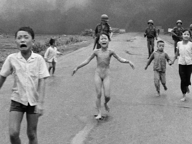 Imagem tirada durante a guerra do Vietnã pelo fotógrafo Huynh Cong 'Nick