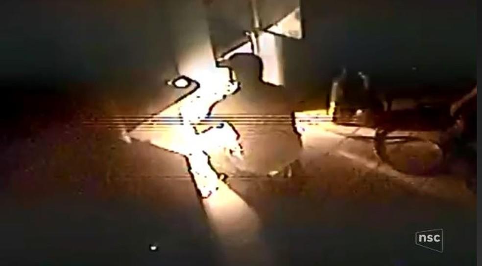 Criminoso usa maçarico para arrombar caixa eletrônico (Foto: Reprodução/NSC TV)