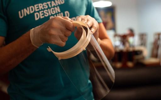 Jovens produzem máscaras em 3D e doam para hospitais de Brasília