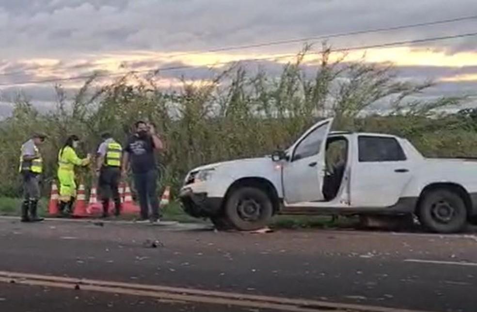 Pai e filho de 3 anos que morreram estavam na picape; um terceiro ocupante do veículo foi socorrido com ferimentos — Foto: João Trentini/Divulgação