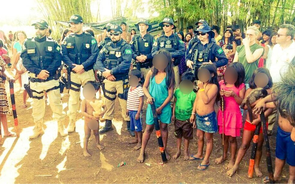Segundo a PRF, índios usam crianças e mulheres para impedirem atuação mais enérgica dos policiais (Foto: PRF-MT/Divulgação)