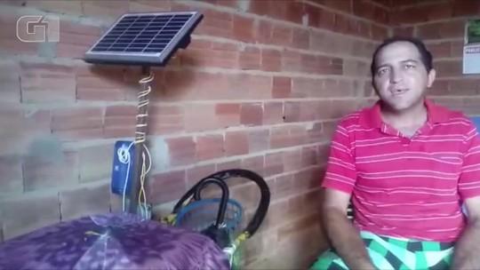Vendedor de picolé instala placa solar em carrinho para carregar caixa de som e anunciar produto