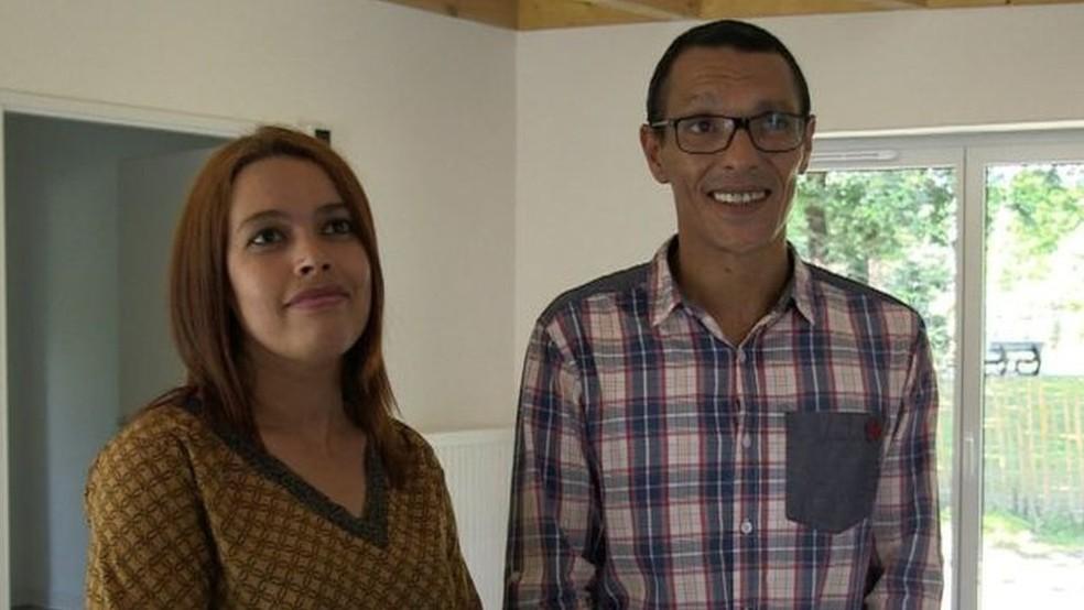 Nouria e Nordine Ramdani se sentem muito sortudos de morar na casa construída com uma impressora 3D (Foto: BBC)