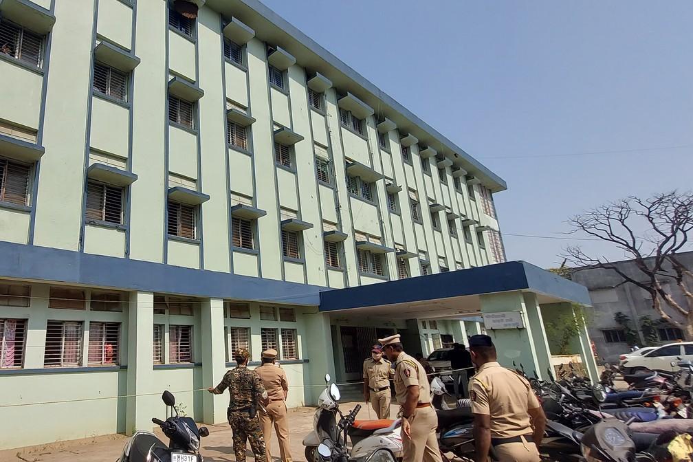 Policiais patrulham o lado externo do hospital em Bhandara, na Índia, onde um incêndio provocou a morte de bebês no dia 9 de janeiro de 2020 — Foto: AFP