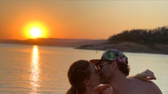 Paula, vencedora do 'BBB19', posa em clima romântico com o namorado