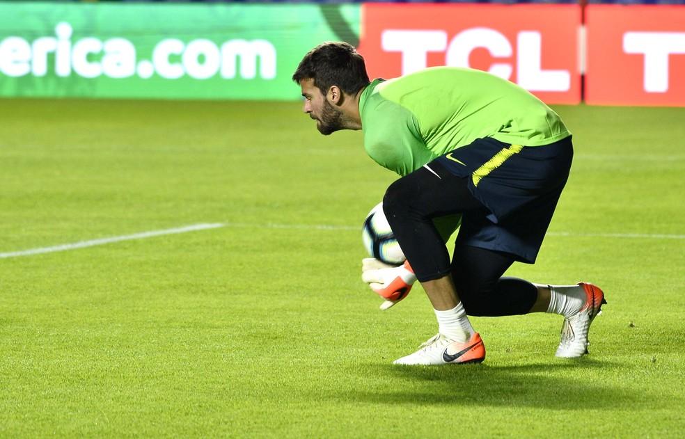 Alisson em treino da seleção brasileira no Morumbi — Foto: Marcos Ribolli/GloboEsporte.com