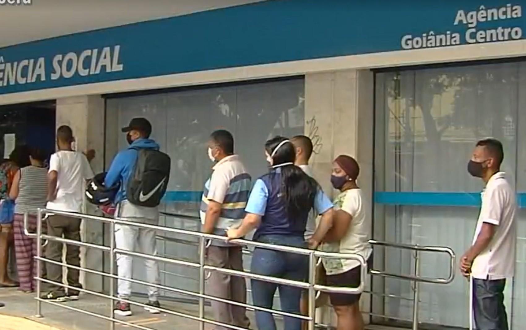 Beneficiários do INSS reclamam que não conseguem atendimento por falta de médicos peritos em agências de Goiás