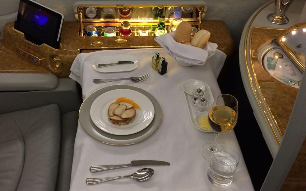 Jantar da primeira classe do A380 é preparado na hora por chefs (Foto: Vivian Reis/G1)