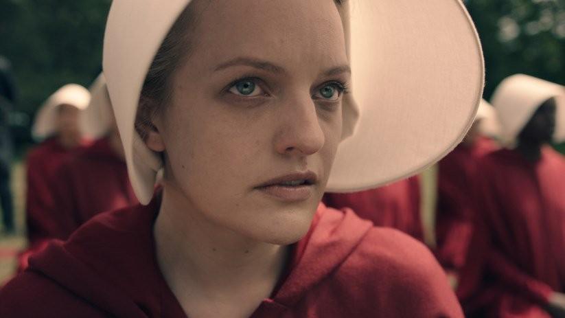 Elisabeth Moss interpreta Offred, protagonista da série The Handmaid's Tale, inspirada no trabalho de Margaret Atwood (Foto: Divulgação)