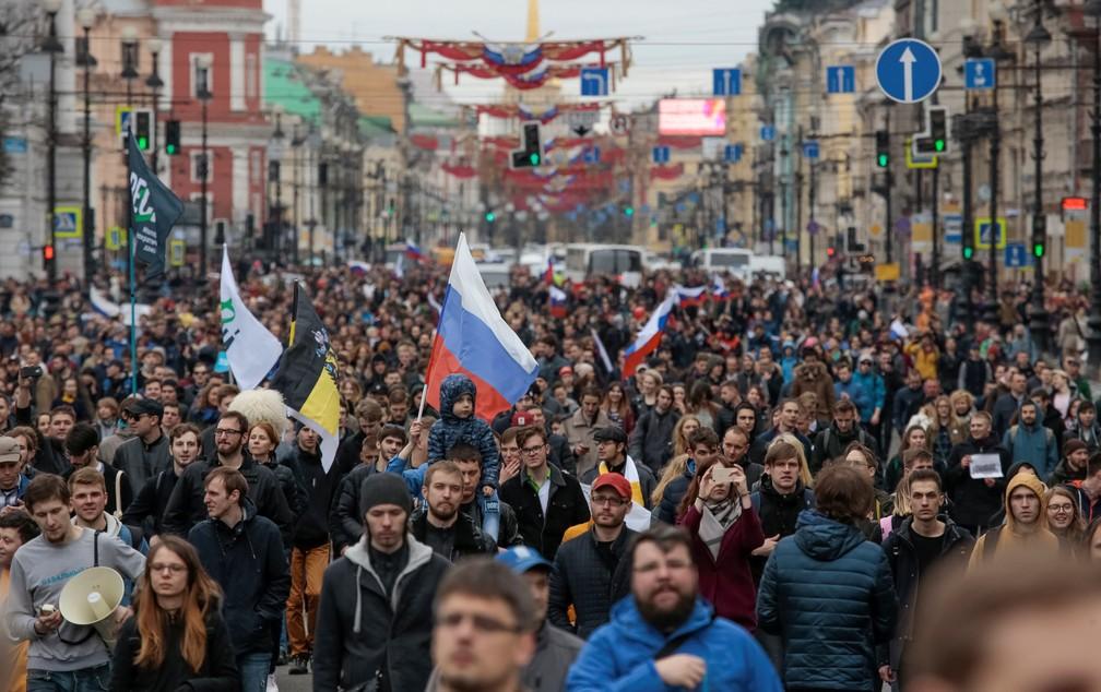 Manifestantes marcham durante protesto contra o presidente Vladimir Putin em São Petesburgo, na Rússia, neste sábado (05) (Foto: Anton Vaganov/Reuters)