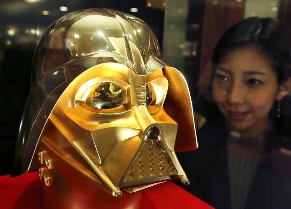 Joalheria de Tóquio lança máscara milionária de Darth Vader feita de ouro (Foto: Koji Sasahara/AP)