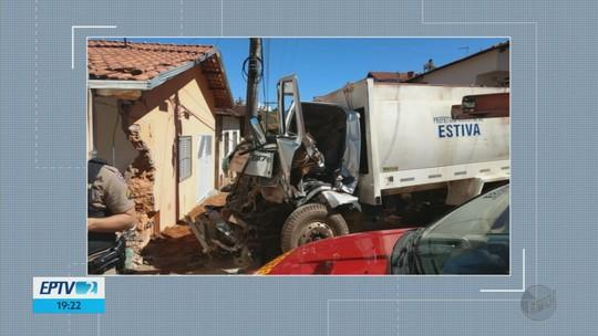 Funcionários de prefeitura ficam feridos após caminhão de lixo perder freio e bater em casa em Estiva, MG