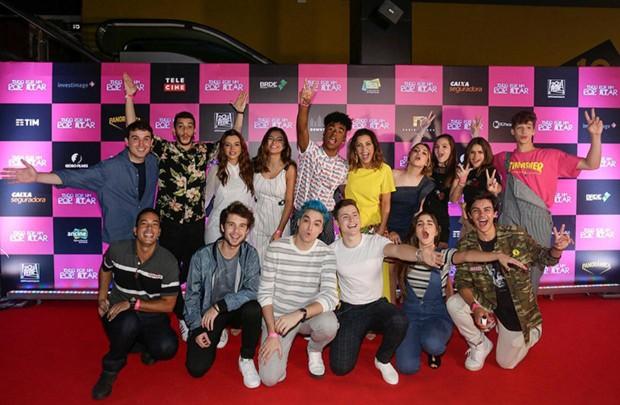 """Victor Aguiar com o elenco de """"Tudo Por Um Popstar"""" (Foto: Manuela Scarpa/Brazil News)"""