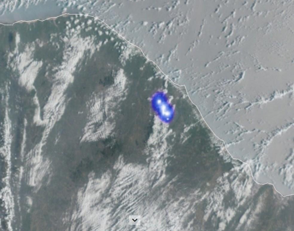 Imagem captada do satélite Geo Estacionário Meteorológico mostra ponto luminoso sobre a Região do Maciço de Baturité. — Foto: Bramon