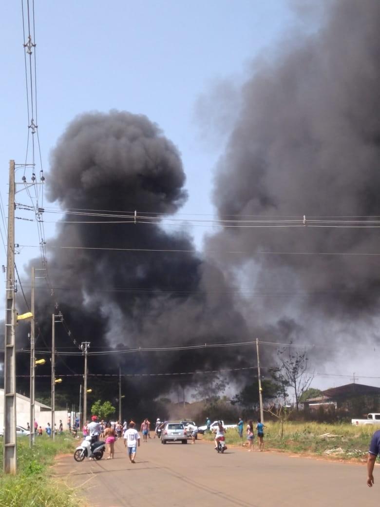 Incêndio destrói um caminhão e parte da carroceria de outro em Paranavaí - Notícias - Plantão Diário