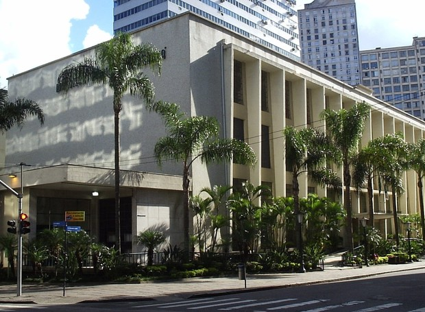 A Biblioteca Pública do Paraná está no Centro de Curitiba, em um prédio histórico de 8,5 mil metros quadrados, tombado pelo Patrimônio Cultural (Foto: Wikimedia Commons)