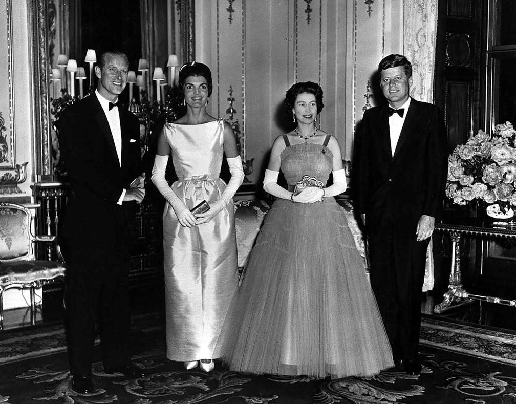 Rainha Elizabeth II e Príncipe Philip com o então presidente dos EUA, John F. Kennedy, e primeira-dama, Jacqueline Kennedy, em foto no Palácio de Buckingham em 5 de junho de 1961 — Foto: Departamento de Estado dos EUA/Biblioteca e Museu Presidencial John F. Kennedy via Reuters