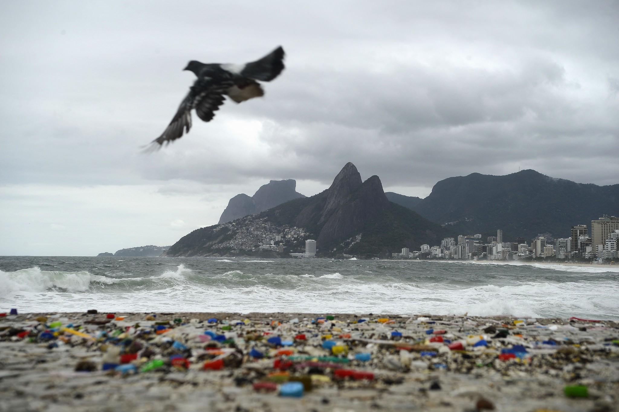 Degradação do plástico forma pedaços microscópicos que já contaminam todo o planeta.  (Foto: Creative Commons / Agência Brasil)