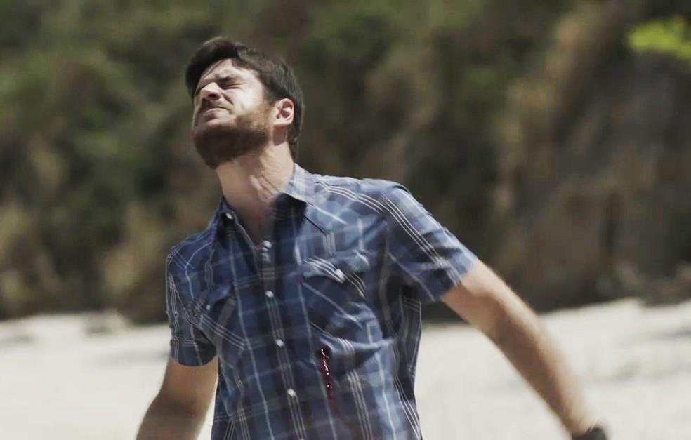 Em 'A Força do Querer', Zeca (Marco Pigossi) toma tiro de Ruy (Fiuk) — Foto: TV Globo