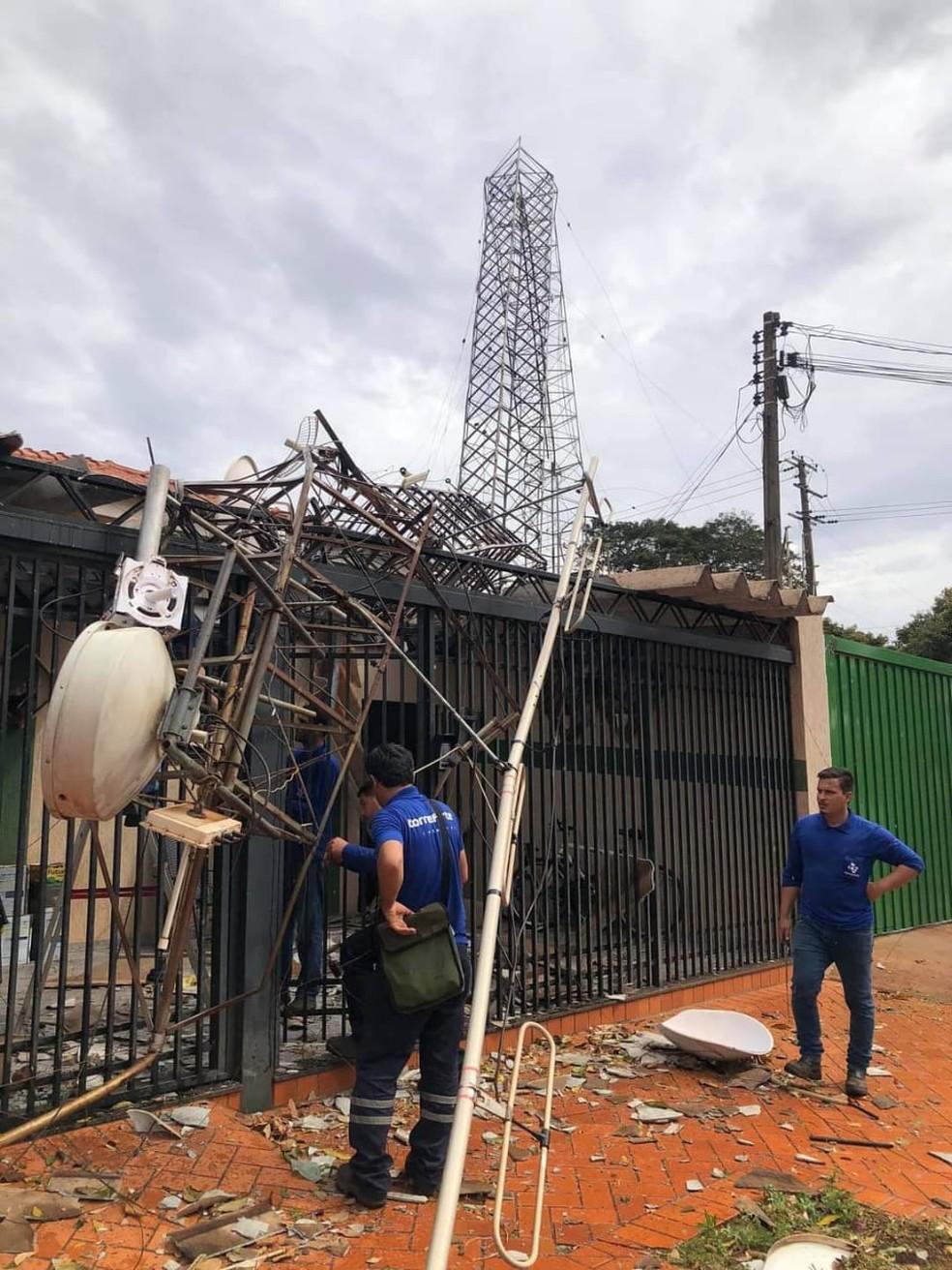 Torre de telefonia caiu sobre uma casa em Palmital — Foto: Arquivo pessoal