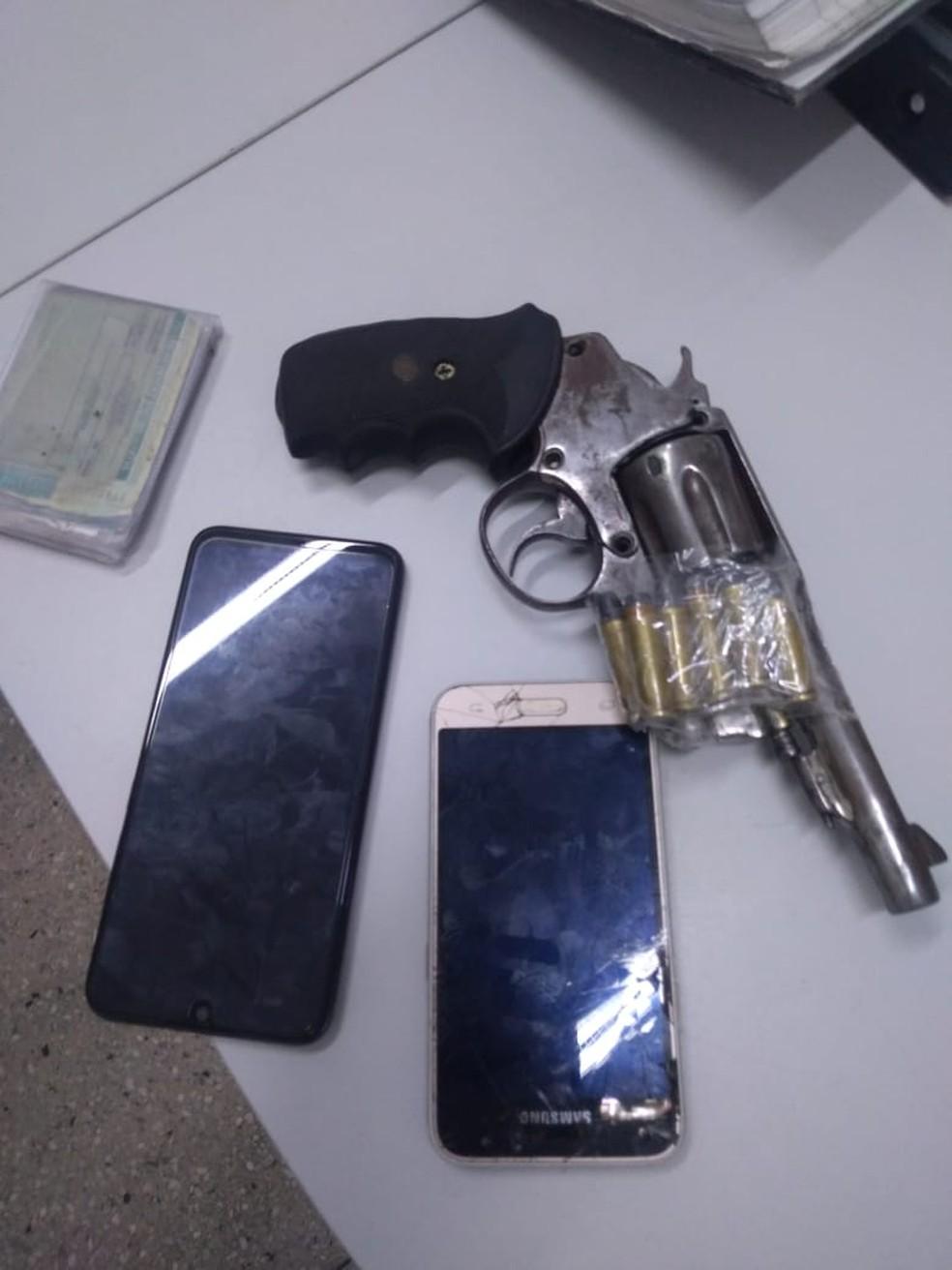 Polícia encontrou celular roubado, uma arma e munições com o suspeito preso na Zona Norte de Natal — Foto: Geraldo Jerônimo/Inter TV Cabugi