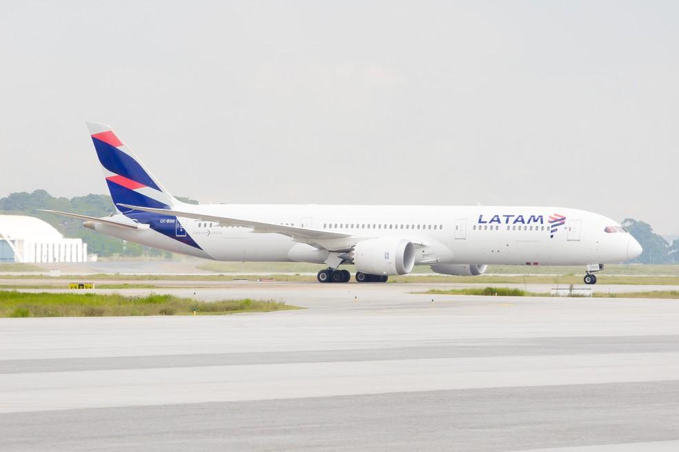 Avião da companhia aérea Latam no pátio do Aeroporto Internacional de São Paulo - Cumbica (GRU), em Guarulhos (Foto: Celso Tavares/G1)