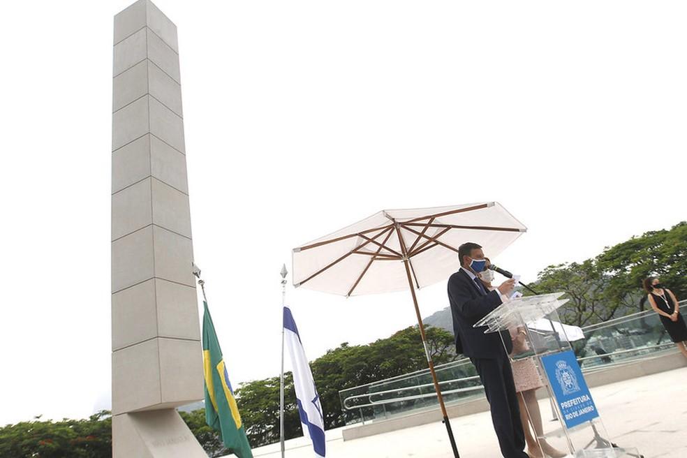 Prefeito Marcelo Crivella ao lado da primeira-dama, Sylvia Jane, na inauguração do Monumento em memória às vítimas do Holocausto no Morro do Pasmado, em Botafogo — Foto: Nelson Perez/Prefeitura do Rio