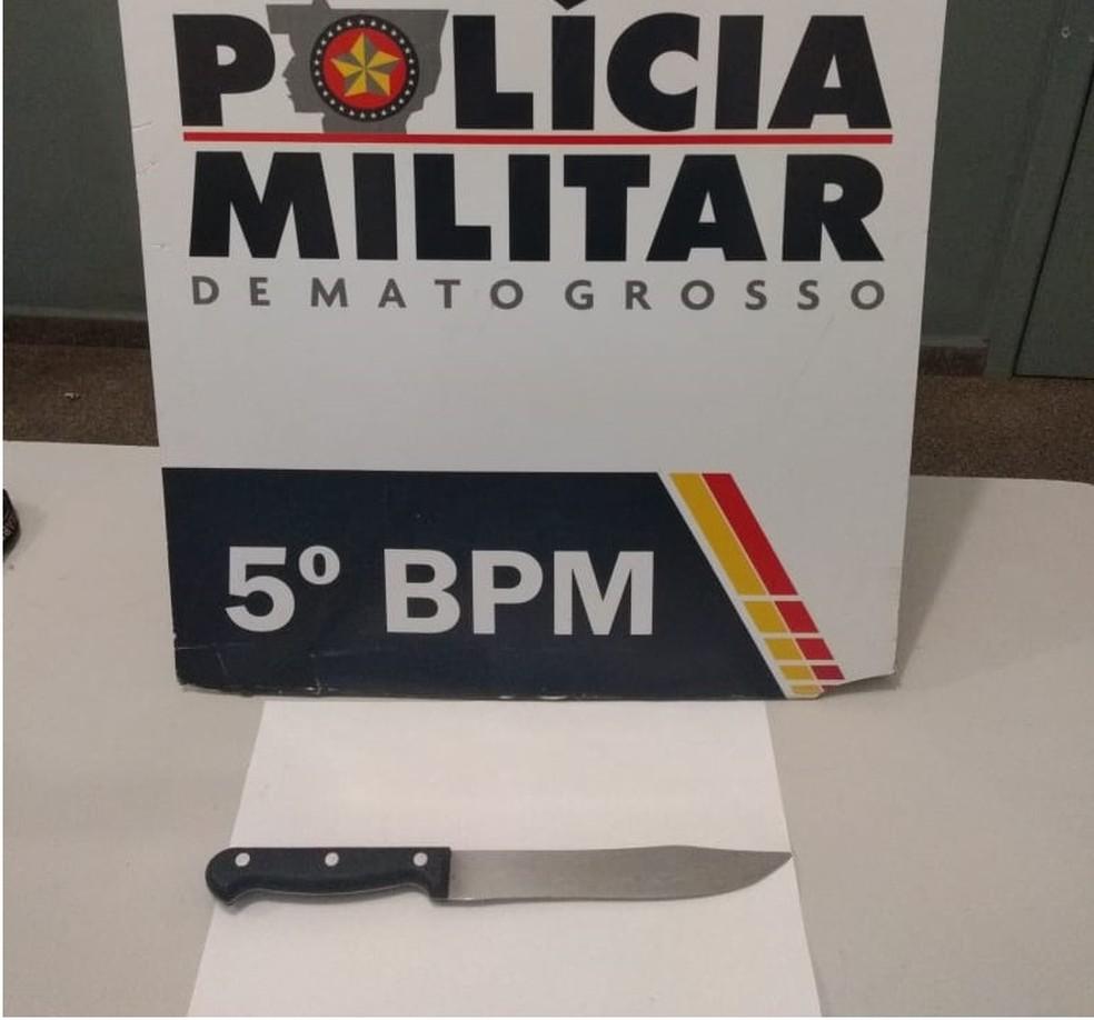 Faca usada pelo professor para esfaquear a diretora foi apreendida em Rondonópolis — Foto: Polícia Militar de Mato Grosso/Assessoria