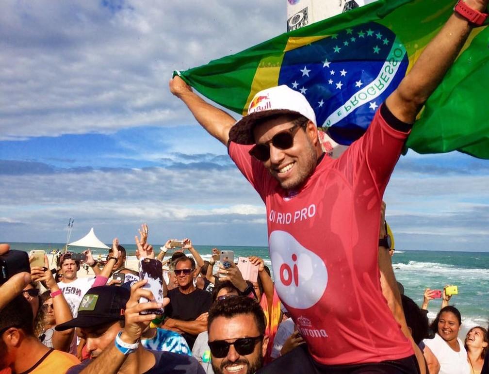 Surfista brasileiro Mineirinho indica o pico de Matinhos para a prática do surf (Foto: Gustavo Garcia/GloboEsporte.com)