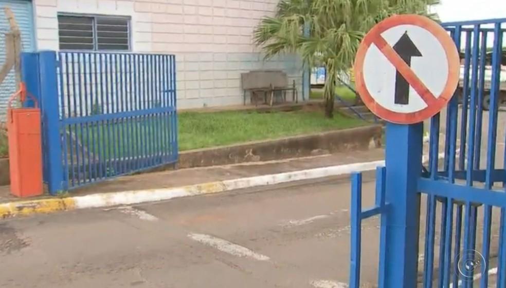 Polícia acredita que os suspeitos saíram com carro pelo portão da Secretaria de Obras de Marília (Foto: TV TEM / Reprodução )