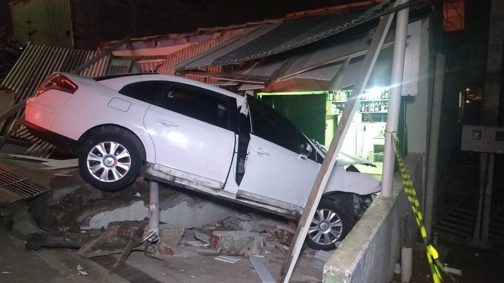 Carro invadiu bar na noite desta terça-feira (20), no bairro Pilarzinho, em Curitiba — Foto: Ricardo Muiños/RPC