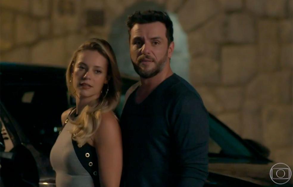 Em 'A Força do Querer', Caio (Rodrigo Lombardi) e Jeiza (Paolla Oliveira) encontram Bibi (Juliana Paes) — Foto: Globo