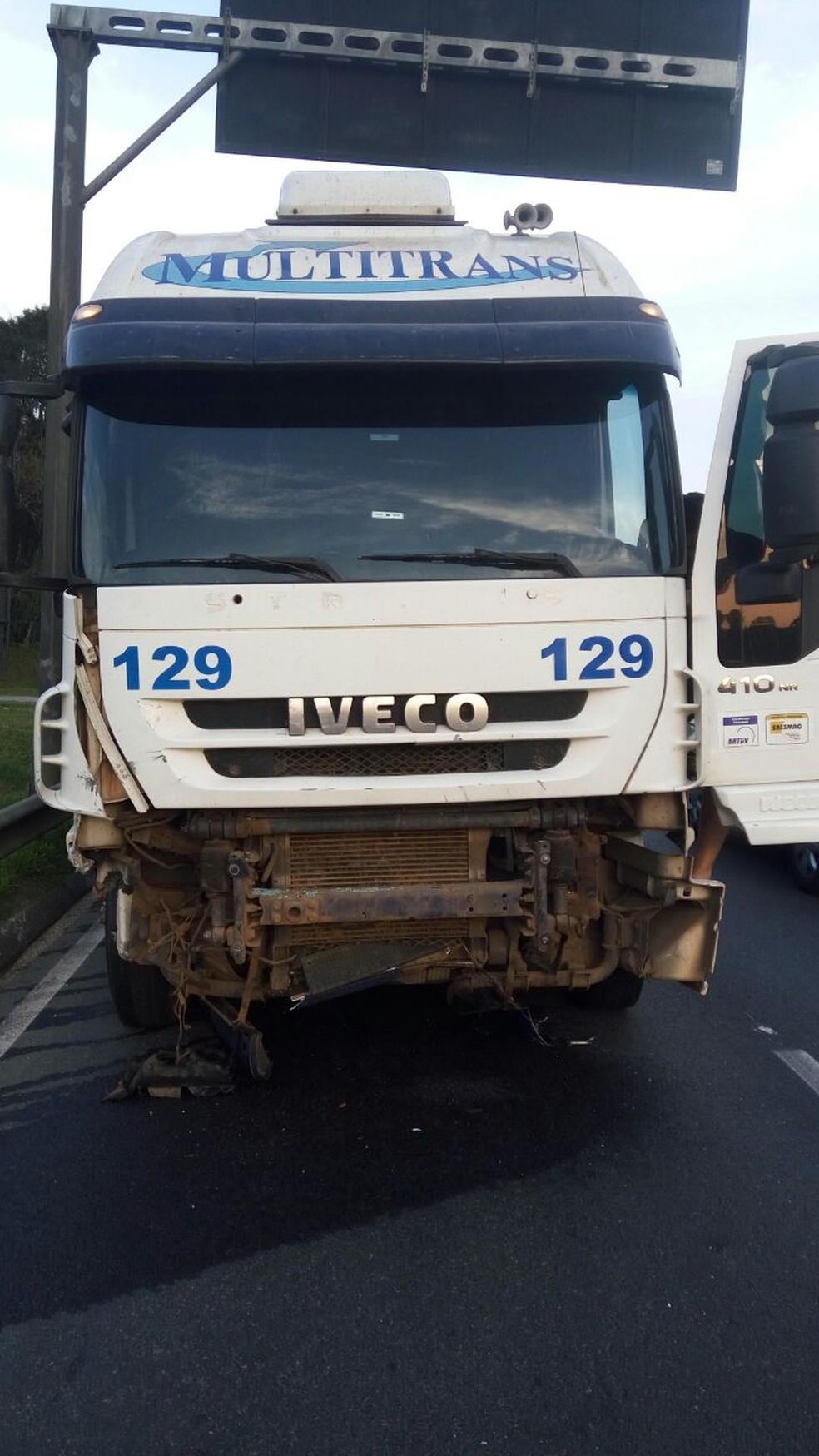 Acidente envolveu carro e caminhão na BR-277, em São José dos Pinhais (Foto: Divulgação/PRF)