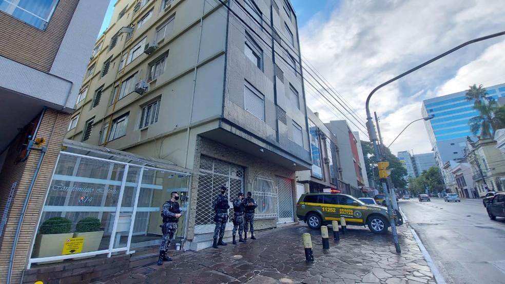 Foragido foi encontrado em um apartamento no Centro de Porto Alegre— Foto: Alessandro Agendes / RBS TV