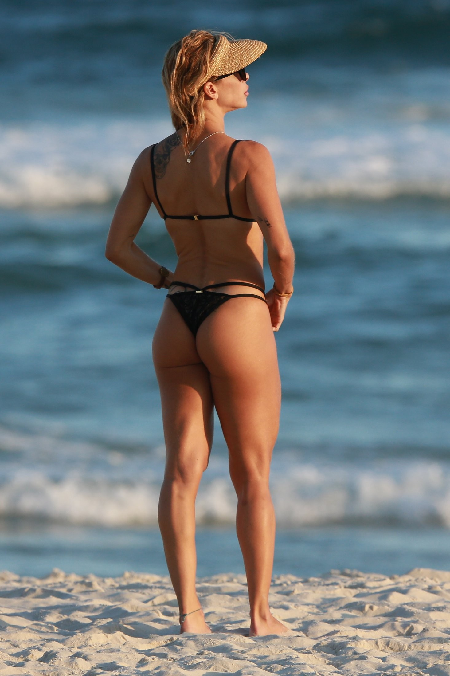 De biquíni rendado, Dany Bananinha exibe exuberância em praia
