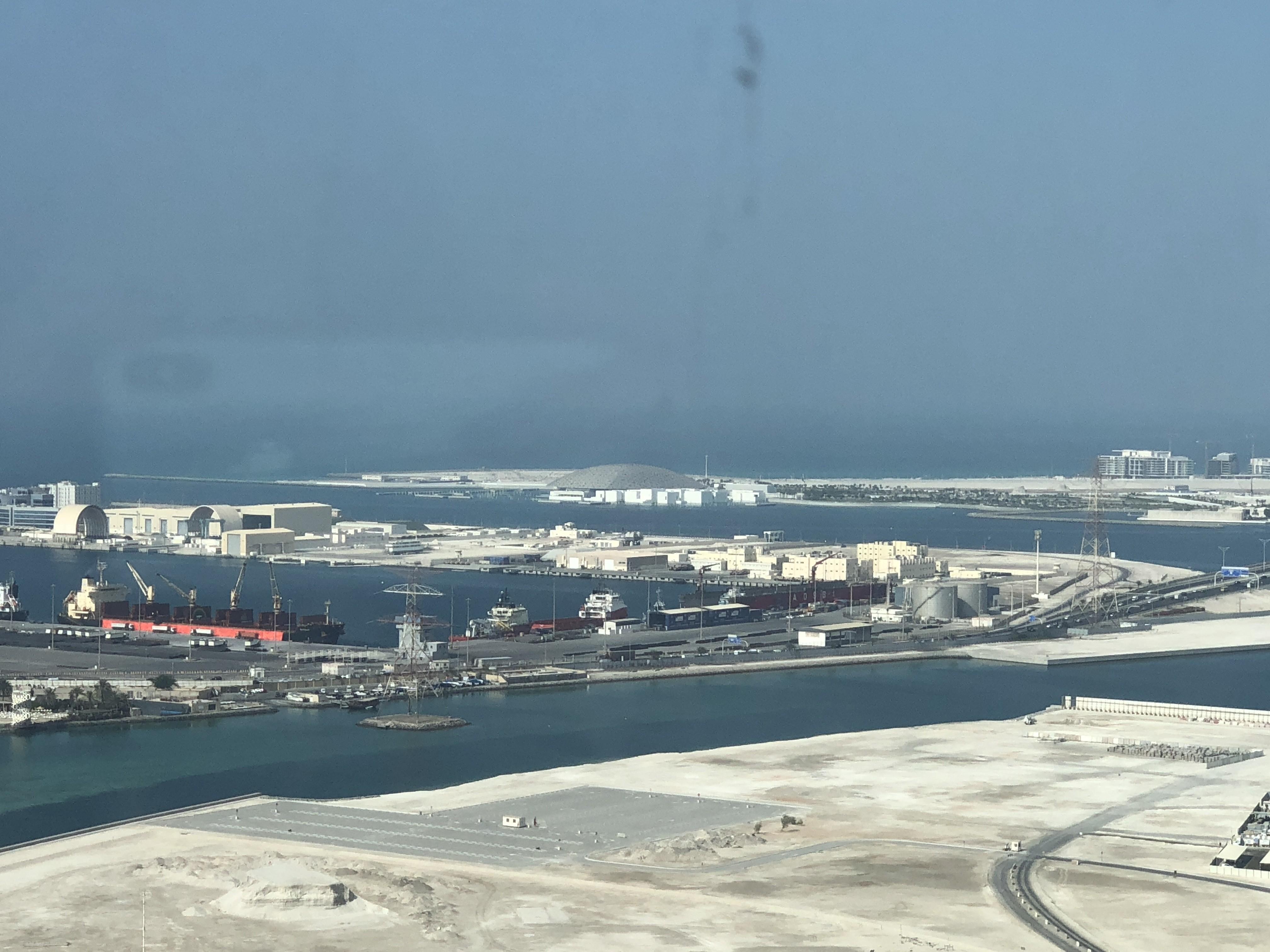 Vista do campus de Abu Dhabi, com vista para o museu do Louvre Abu Dhabi, ao fundo (Foto: Arquivo pessoal)