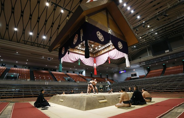2B5ATJE Osaka, Japan. 9th Mar 2020. Sumo wrestlers contest a bout at the Spring Grand Sumo Tournament at Edion Arena Osaka on March 8, 2020. It was the first time ever that a grand sumo tournament was held in the absence of spectators, due to the ongoing  (Foto: Alamy Stock Photo)