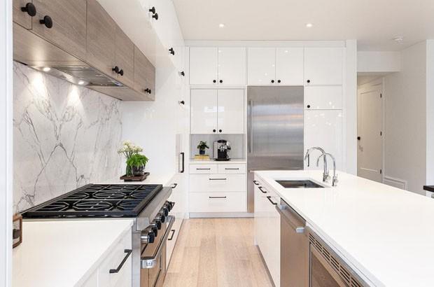 Décor do dia: laca e mármore na cozinha (Foto: Reprodução)