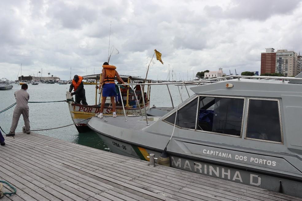 Pescadores foram resgatados por equipe da Marinha — Foto: Divulgação / Marinha do Brasil