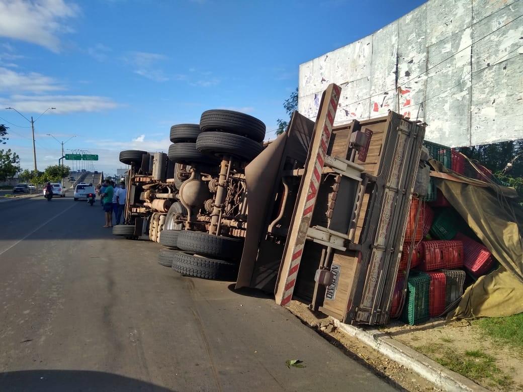 Caminhão carregado de abacates tomba na Avenida Miguel Rosa, em Teresina