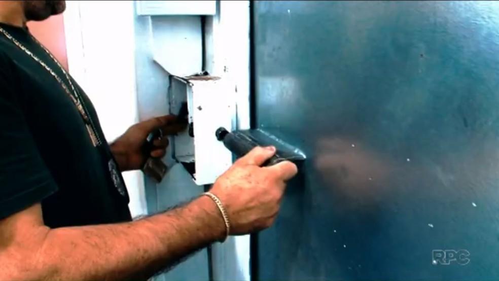 Agente abre cela de delegacia onde preso em flagrante deve ficar por até 24 horas antes da audiência de custódia (Foto: TV Globo/Reprodução)