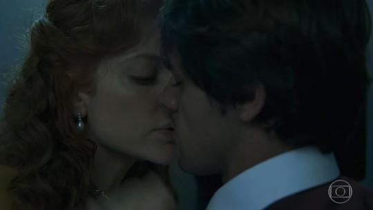 Elmo e Miss Celine se beijam no elevador e web 'shippa' casal