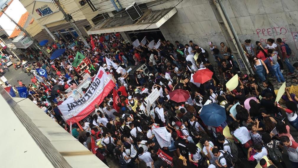 Manifestação contra bloqueios na educação ocupou a Rua Areolino de Abreu, no Centro de Teresina — Foto: Murilo Lucena/ G1 PI