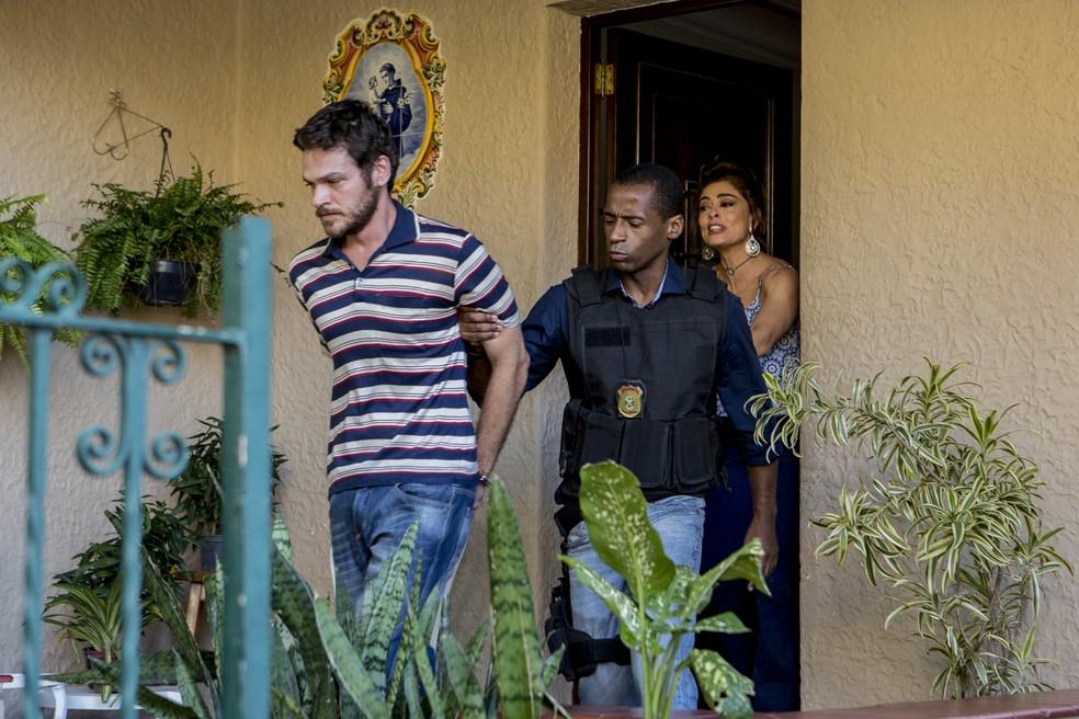 A polícia chega na casa de Bibi (Juliana Paes) e leva Rubinho (Emílio Dantas)! — Foto: Fábio Rocha / Gshow