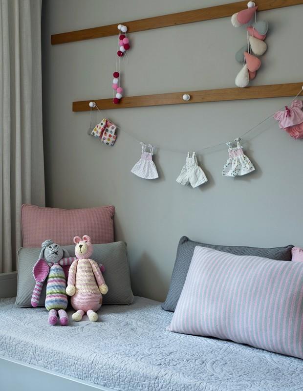 Almofadas de tricot dispersas pela cama conferem uma sensação de conforto e aconchego ao ambiente (Foto: Juliana Coutinho/Divulgação)