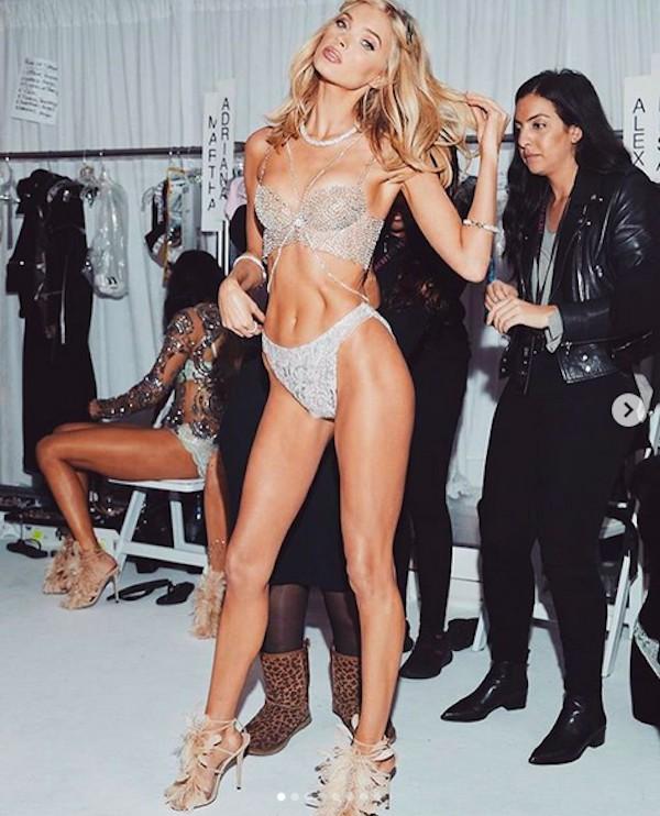 A modelo Elsa Hosk nos bastidores de um desfile da grife Victoria's Secrets (Foto: Instagram)